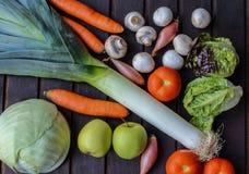 Légumes beaucoup différents sur la surface en bois Images stock