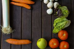 Légumes beaucoup différents sur la surface en bois Image libre de droits