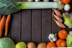 Légumes beaucoup différents sur la surface en bois Photographie stock libre de droits