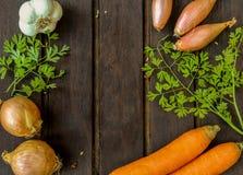 Légumes beaucoup différents sur la surface en bois Photos libres de droits