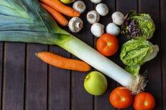 Légumes beaucoup différents sur la surface en bois Photos stock