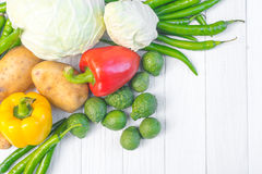 légumes Bio légume frais dans un panier Au-dessus du fond de nature Images stock