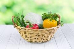 légumes Bio légume frais dans un panier Au-dessus du fond de nature Photographie stock libre de droits