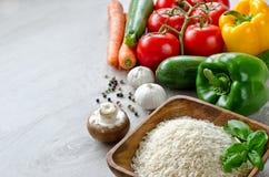 Légumes colorés frais et riz basmati pour la cuisson végétarienne Photo stock