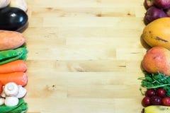 Légumes contre Fruits Fond en bois avec l'espace vide pour la conception et le décor des textes Concept sain de nourriture pour l Photo stock