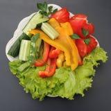 Légumes coupés de ressort sur un grand plan rapproché de plat Images stock