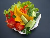 Légumes coupés de ressort sur un grand plan rapproché de plat Photographie stock libre de droits