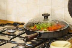 Légumes coupés sur la poêle image libre de droits