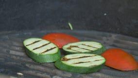 Légumes, courgette et tomates grillés de barbecue sur la terrasse d'été du restaurant clips vidéos