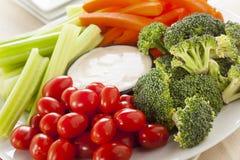 Légumes crus organiques avec l'immersion de ranch Photos libres de droits
