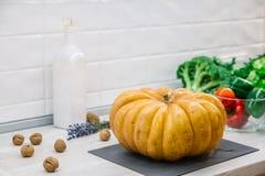 Légumes crus organiques Légumes frais découpés en tranches avec le potiron Sur le fond rustique photo libre de droits