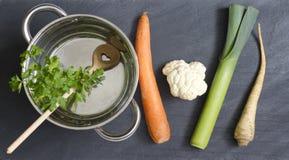 Légumes crus pot et cuisson d'amour de cuillère Photo stock