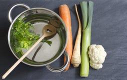 Légumes crus pot et cuisson d'amour de cuillère Photos libres de droits