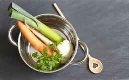 Légumes crus pot et cuisson d'amour de cuillère Image stock