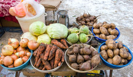 Légumes crus prêts pour la vente au marché en plein air local Photos libres de droits