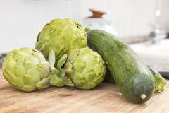 Légumes crus sur les nourritures de table de cuisine, fraîches et naturelles photos stock