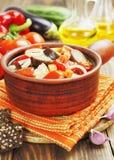 Légumes cuits à la vapeur dans le pot en céramique Photographie stock