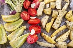 Légumes cuits au four dans le four Photographie stock