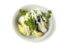 Légumes cuits avec de la crème aigre dans une cuvette photographie stock