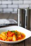 Légumes cuits dans une cuvette blanche sur la table en bois, foyer sélectionné Image libre de droits