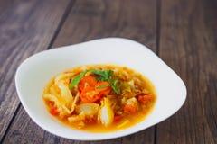 Légumes cuits dans une cuvette blanche sur la table en bois, foyer sélectionné Photographie stock