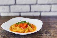Légumes cuits dans une cuvette blanche sur la table en bois, foyer sélectionné Photo stock