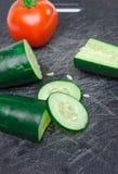 Légumes découpés en tranches sur la planche à découper photo stock