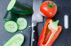 Légumes découpés en tranches sur la planche à découper image libre de droits