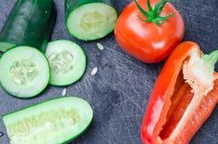 Légumes découpés en tranches sur la planche à découper images stock