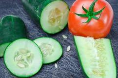 Légumes découpés en tranches sur la planche à découper images libres de droits