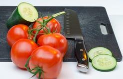 Légumes découpés en tranches sur la planche à découper image stock