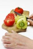 Légumes découpés en tranches sur le panneau en bois Image stock