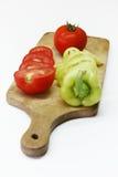 Légumes découpés en tranches sur le panneau en bois Photographie stock libre de droits