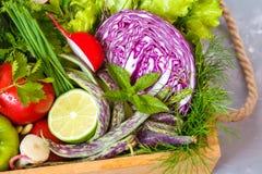 Légumes d'été dans une boîte en bois Image stock