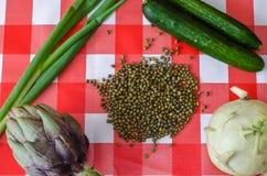 Légumes d'été, pleins verts des vitamines et des fèves de mung dispersées Photo stock