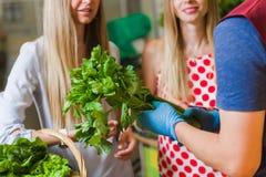 Légumes d'achat d'amies sur le marché Photos stock