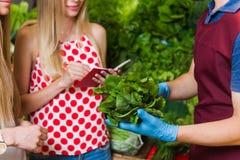 Légumes d'achat d'amies sur le marché Image stock