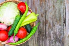 Légumes d'aliment biologique dans un panier sur un fond naturel photo libre de droits