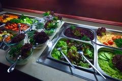 Légumes dans des plateaux images libres de droits