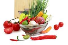 Légumes dans la passoire en métal Photos libres de droits