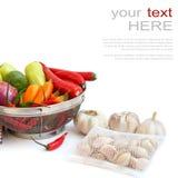 Légumes dans la passoire en métal au-dessus du blanc Photographie stock