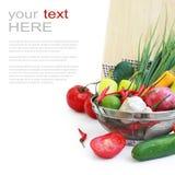 Légumes dans la passoire en métal au-dessus du blanc Images stock