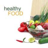 Légumes dans la passoire en métal au-dessus du blanc Photo stock