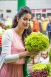 Légumes de achat de femme sur le marché Photographie stock libre de droits
