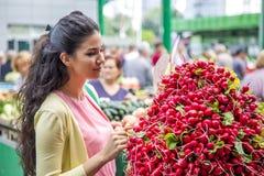 Légumes de achat de jolie jeune femme sur le marché Photos stock