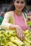 Légumes de achat de jolie jeune femme sur le marché Photographie stock libre de droits