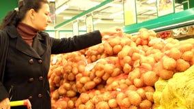 Légumes de achat de jolie jeune femme sur le marché banque de vidéos