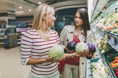 Légumes de achat et fruits de belles femmes Photographie stock libre de droits