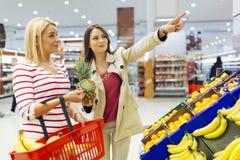 Légumes de achat et fruits de belles femmes Image libre de droits