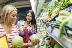 Légumes de achat et fruits de belles femmes Images stock